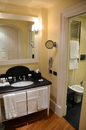 Eight Hotel Portofino : Vanity into Bathroom