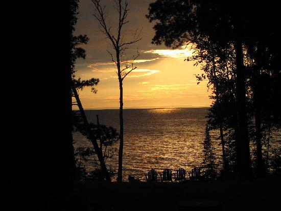 Siskiwit Bay Lodge Bed and Breakfast: Wonderful spot to watch the sunset and lingering twilight