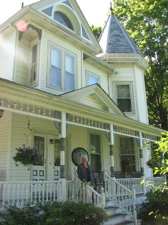 Stonegate Bed and Breakfast: Nice porch to sit in the evening