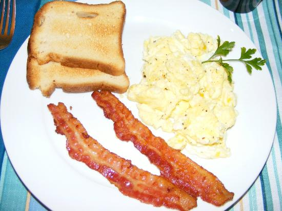 Crane Creek Inn Waterfront Bed and Breakfast: Scrambled eggs, bacon, and GF bread toasted to perfection