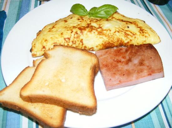 Crane Creek Inn Waterfront Bed and Breakfast: Omelet with mushrooms,GF toast, and ham 