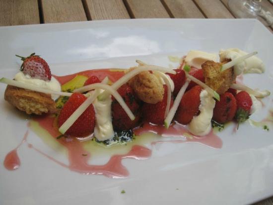 L'autruche : delicious pana cotta strawberry dessert