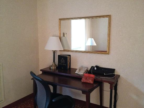 Cincinnati Marriott Northeast : Desk with phone, plugs, etc.