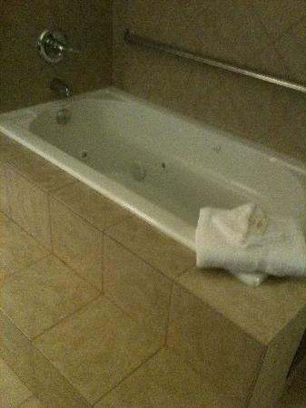 Ramada Tulsa: Not a two person jacuzzi tub.