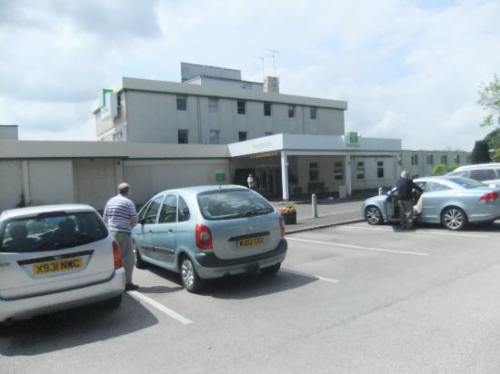 Holiday Inn Stoke on Trent M6: car park and front entrance