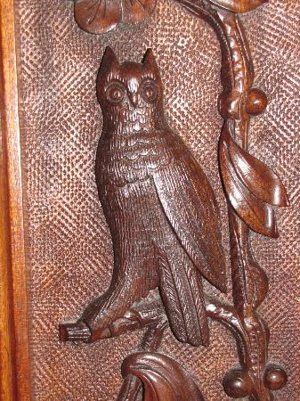 Squiers Manor B&B: Detail of carved owl from headboard in Beulah Room