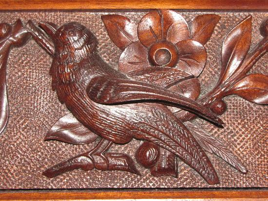 Squiers Manor B&B: Detail of carved bird from headboard in Beulah Room
