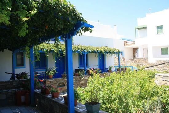Agios Prokopios Hotel: comunal garden with BBQ
