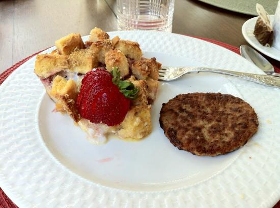 Juniper Hill Bed & Breakfast: Strawberry French-Toast with Sausage