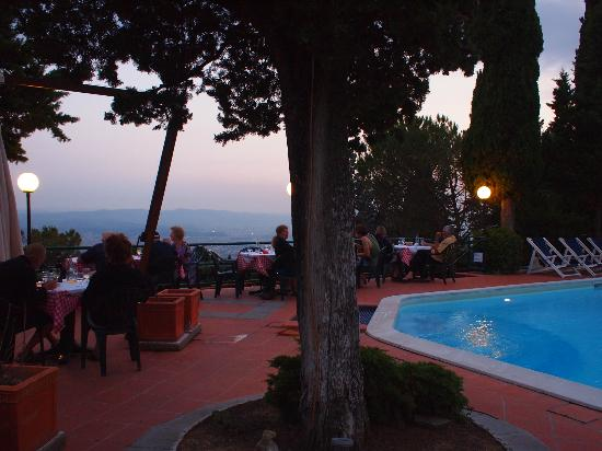 Camping Village Panoramico Fiesole: Vue de la piscine de nuit/view from the pool at sunset