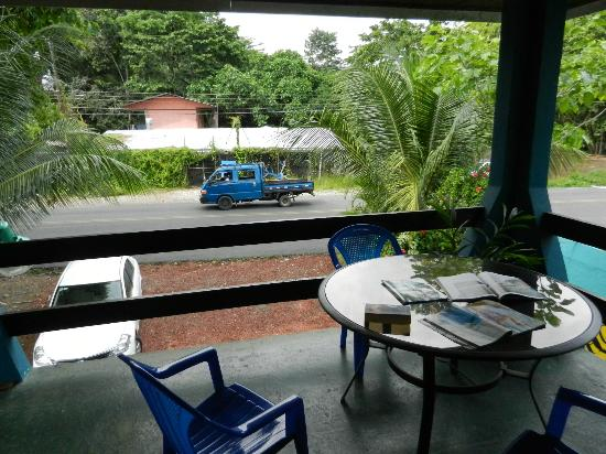 Hotel Kangaroo: Nice table right outside our room. 