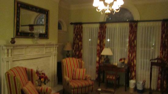 Claramount Inn & Spa: Sitting area of room #1