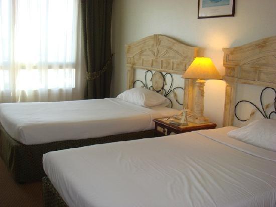 Landmark Suites Hotel: Room
