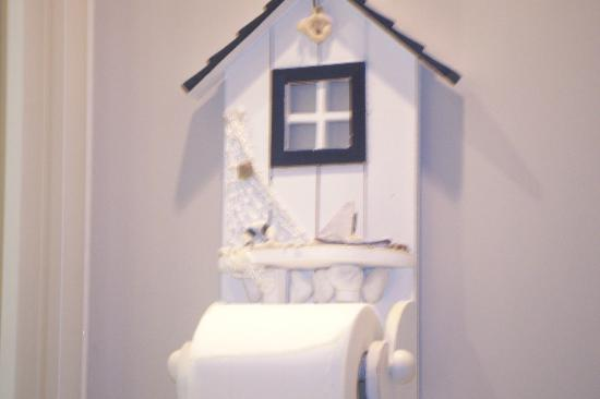 Heatherbell Cottage: Cutest toilet roll holder ever!