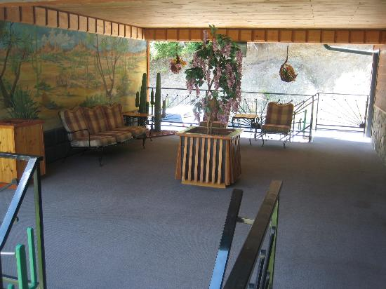 Cedar Wood Inn: Breeze way seating area