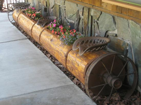 Cedar Wood Inn: Flowering log seating area