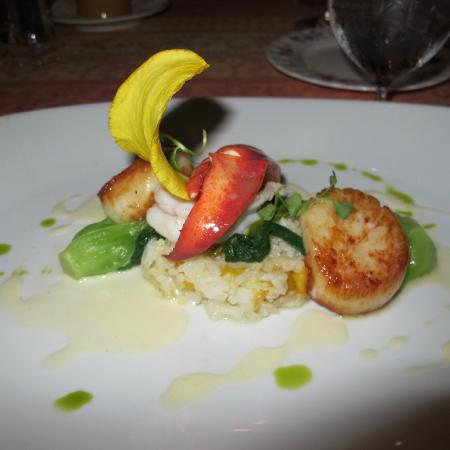 L'Auberge Provencale Bed and Breakfast: Entree of scallops, lobster and rice with mango.