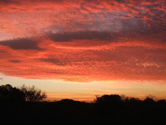 Leopard Mountain Safari Lodge: Red sky at night......
