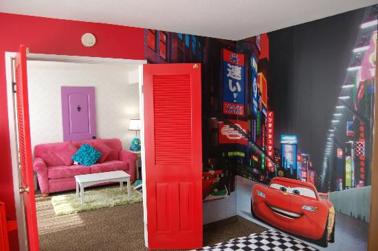 Holiday Inn Hotel & Suites Anaheim (1 BLK/Disneyland): Featuring 2 two bedroom Disney inspired family suites