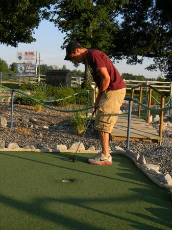 Kentucky Shores Family Fun Center: Putt Putt hole