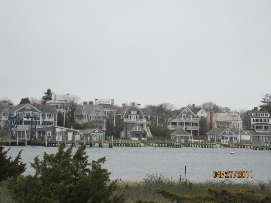 Vineyard Square Hotel & Suites: Edgartown from across the harbor