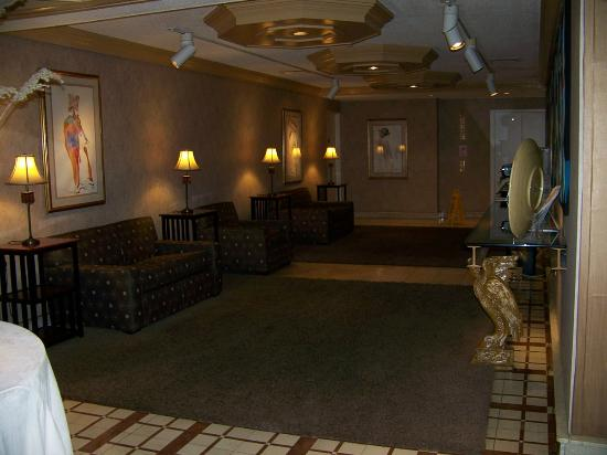 The Woodlands Inn: common lounge just off of front desk reception area