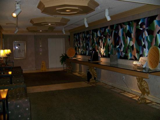 The Woodlands Inn: lounge off of front desk reception