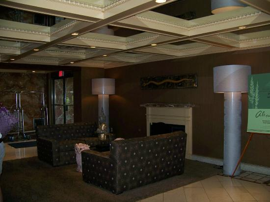 The Woodlands Inn: mirrored ceilings, front desk reception lounge