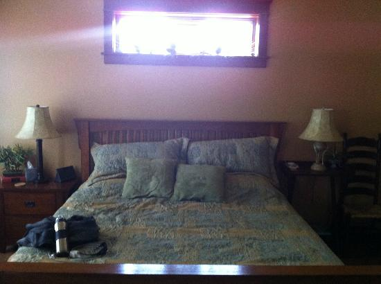 Hartzell House Bed and Breakfast: Patriot's Suite- Bed