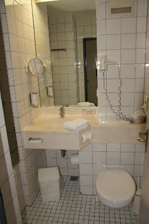 H+ Hotel Köln Brühl: Bathroom