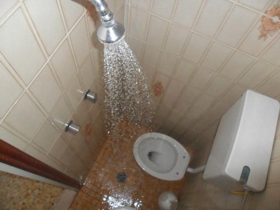 bagno con doccia direttamente dentro il vater - Picture of Gamma ...