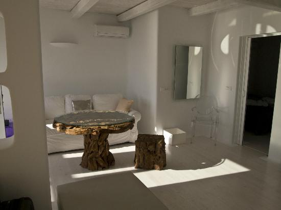 Rocabella Santorini Hotel & Spa: Living room of Suite