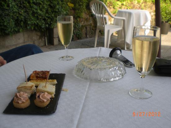 L'Auberge de l'Abbaye: Aperitif on the terrace of Auberge de l'Abbaye