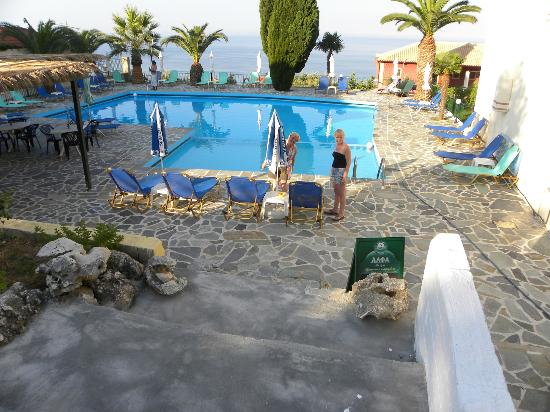 Maria Anna Hotel: Pool/Bar with a stunning backdrop of the sea and Zante