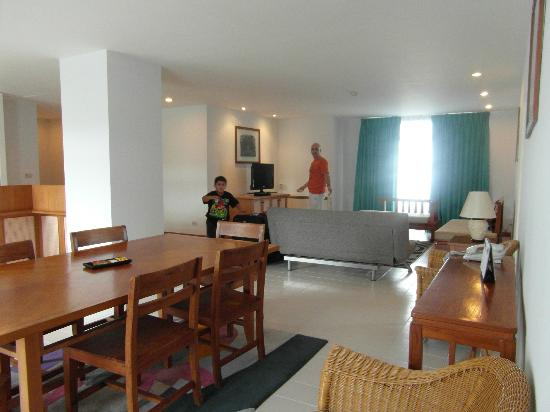 Waterfront Suites Phuket by Centara: Dining and lounge area