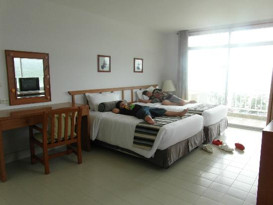 Waterfront Suites Phuket by Centara: Twin beds