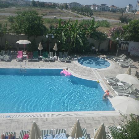 Risus Hotel: Poolområdet, taget från balkongen.