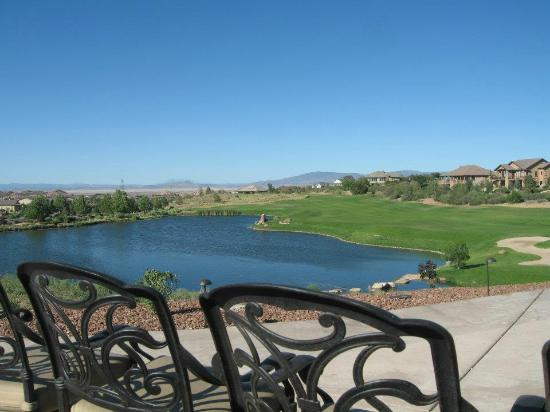 Prescott Lakes Golf & Country Club : Beautiful view of lake and greens
