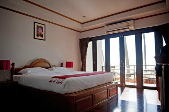 Lipa Bay Resort: our room