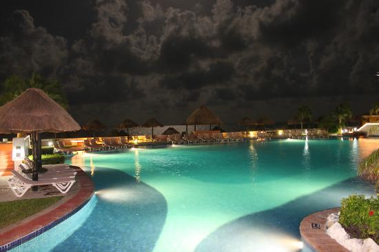 Moon Palace Golf & Spa Resort: One of the pools at night