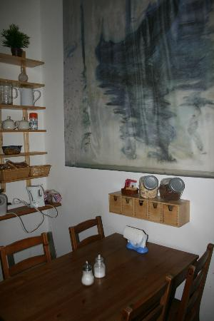 Bed & Breakfast A Roma Termini: kitchen table/dining area