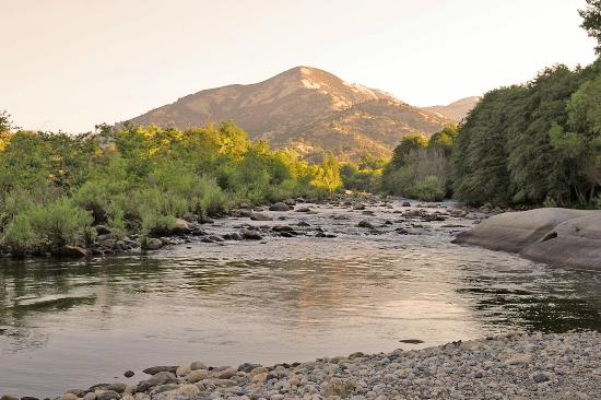 Rio Sierra Riverhouse: An early morning view of the Kaweah river with the mountains of Sequoia National Park.