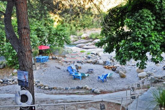 Rio Sierra Riverhouse: A picnic area on the riverbank