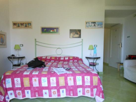 Il Tulipano: Bedroom with view of olive trees