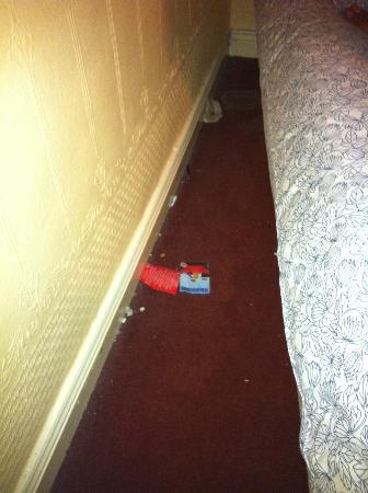 Lyndon Guest House: détitrus derrière l'un des lits
