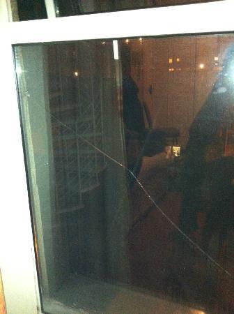 Lyndon Guest House: fenêtre de la chambre (cassée)