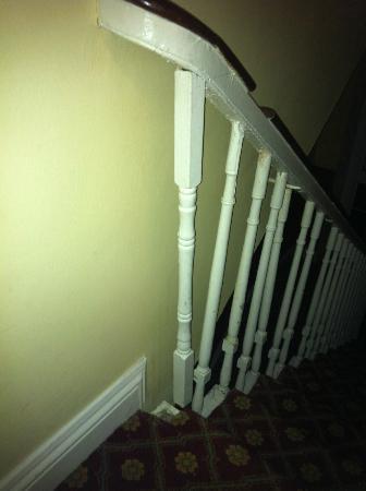 Lyndon Guest House : rampe de l'escalier (dans le noir puisque pas de lumière)