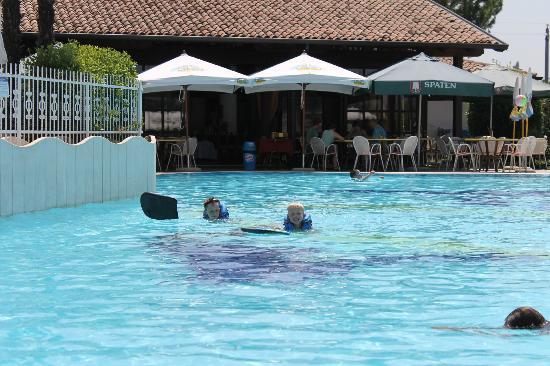 Appartamenti Arca & Ca' Mure: Poolen med restauranten i baggrunden