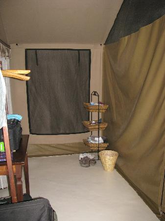 Mapito Tented Camp Serengeti: dressing area behind sleeping area