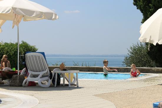 Appartamenti Arca & Ca' Mure: Børnepollen og udsigt over Gardasøen